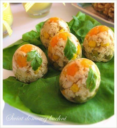 10 wydmuszek z jajek  30 dkg piersi z kurczaka  włoszczyzna  8-9 łyżeczek żelatyny (na 1 litr płynu)    Do dekoracji:   kukurydza ko...