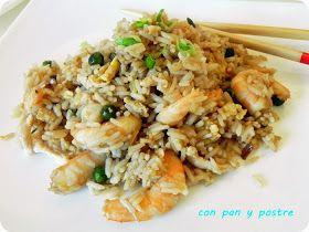 Arroz frito con pollo, langostinos y ajetes. Cocina china