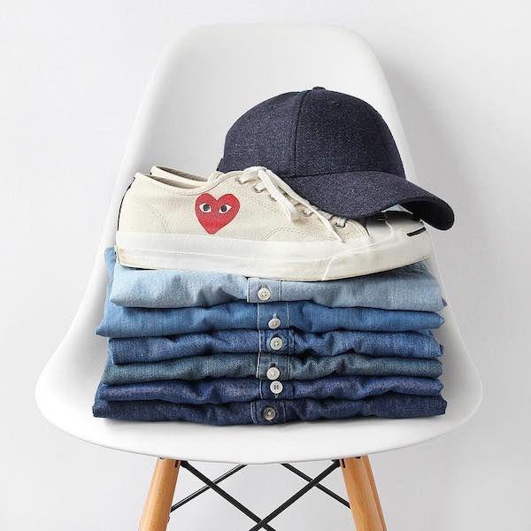 Total denim per lui: sì o no? Dopo un ventennio di detox dal total denim, siamo di nuovo qui a parlarne! Vestirsi di jeans dalla testa ai piedi è di nuovo di moda, ma come fare?