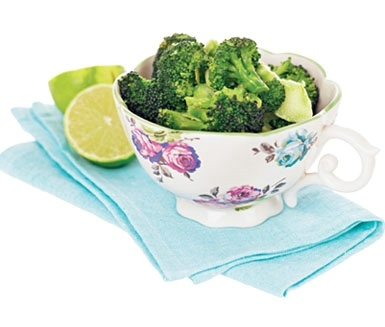 """Ingefärsbroccoli raw style - """"Att marinera rå broccoli med lime och färsk ingefära är ett underbart sätt att tillaga den fräscha, nyttiga grönsaken på. Testa med morot eller fänkål nästa gång"""" Malin Söderström för ICA"""