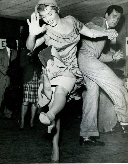 'Flapper en flapper-girls zijn termen die in de jaren twintig werden gebruikt voor 'een nieuwe generatie' zelfbewuste vrouwen, die hun haren kort knipten, naar jazz luisterden en minachtend deden over dat wat toentertijd als acceptabel en gangbaar gedrag werd gezien.' Dank u Wikipedia!