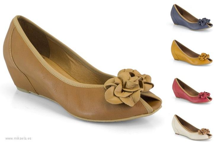 13020-0386A Zapato de cuña interna, de piel, disponible en varios colores, materiales y combinaciones. Adorno tipo flor. Cuña de 5,5 cm. Zapato de la marca Mikaela de la colección primavera verano 2013. Hecho en España.