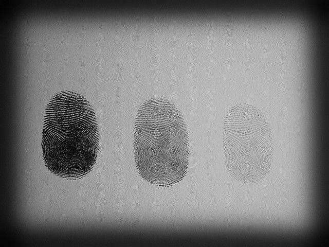 Identidad digital: todos tenemos dos identidades: la real y la virtual. La real es aquella que ven las personas cercanas a nosotros, y la virtual es la que queremos que  todos los demás vean. Hay que tener cuidado con la identidad ya que ambas pueden ser diferentes al igual que estas huellas lo son. En las redes podemos crearnos una identidad que para nada tiene que ver con la real y engañar al resto. Por ello, no debemos fiarnos de nadie por su identidad en las redes, es mejor conocer la…