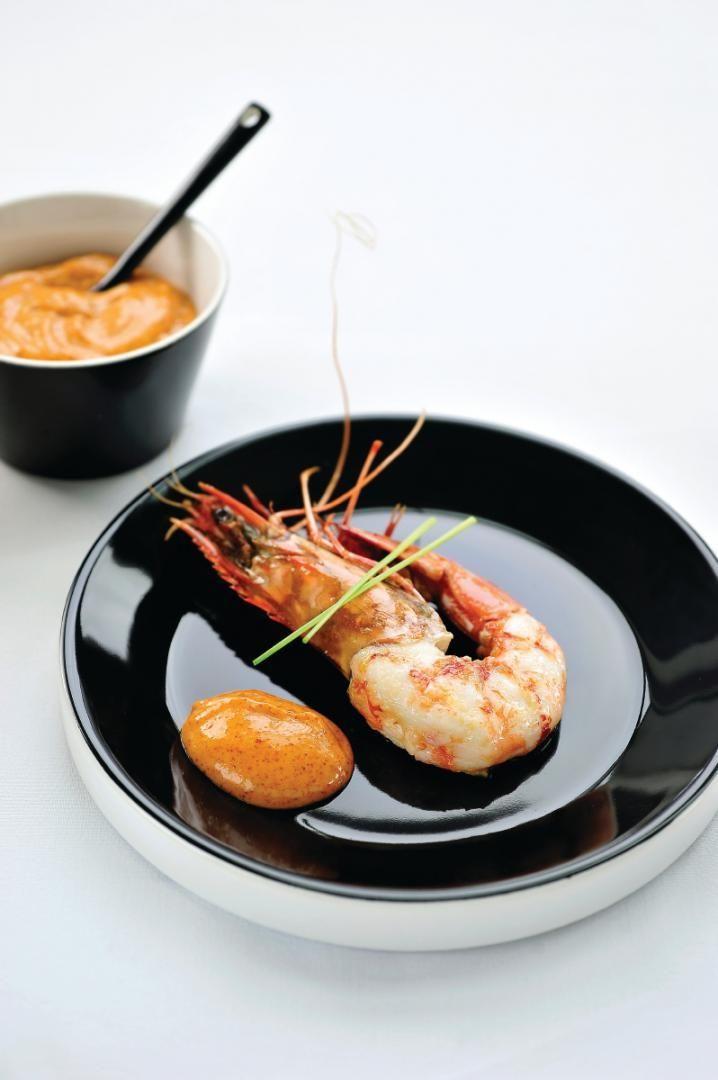 Bereiden:Pel de reuzengarnalen maar laat de kop eraan. Verwijder het darmkanaal.Maak de dipsaus. Doe de mayonaise, de pimenton en het citroensap in een kom en meng alle ingrediënten goed door elkaar.Gril de reuzengarnalen kort in wat hete olijfolie, kruid met peper en zout.Serveren:Serveer de garnalen met de dipsaus.