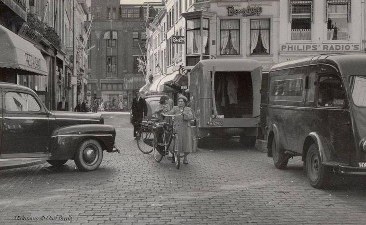 Weekmarkt. Gezien vanuit het oosten (St.Janstraat). Op de achtergrond pand van Vroom en Dreesmann (VenD). Foto gemaakt om de overlast voor de middenstanders te bewijzen. 1952