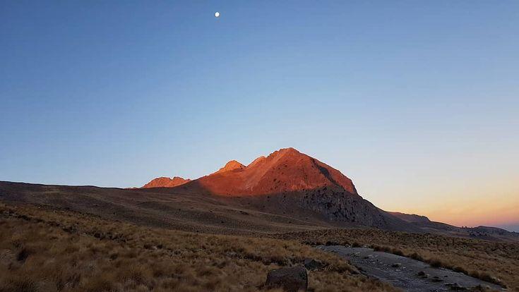 """Amanecer con la luna de fondo en el Nevado de Toluca! #mexico #estadodemexico #nature #viajes #moon…"""""""