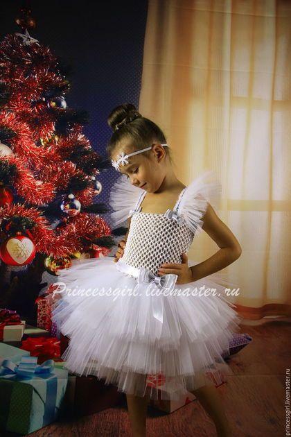 Купить или заказать Костюм снежинки в интернет-магазине на Ярмарке Мастеров. Чудесное праздничное платье для девочки изготовлено из мягкого фатина, что придает наряду объем и пышность. Платье украшено атласными и парчовыми лентами, плечики регулируются по длине. Дополнительно можно приобрести Ободок ' Снежинки' - 150руб. Модель может быть изготовлена в другом цвете. Размеры: 3-4 : 5-6 : 7-8 : На фото модель ростом 120см, размер платья на 5-6лет.