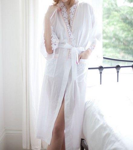Belle robe de chambre en coton blanc bordé de dentelles anglaises et de rubans en satin rose de chez www.cetaellecetalui.com