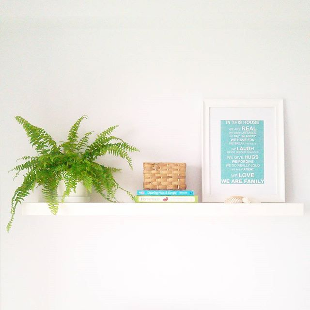 A casa começa a compôr-se. #myhome #homesweethome #homedecor #simpledecor #whitespaces #espacosbrancos #whitewalls #paredesbrancas #ikeaportugal #ikea #whiteshelves  #plants #nordic #scandinavian