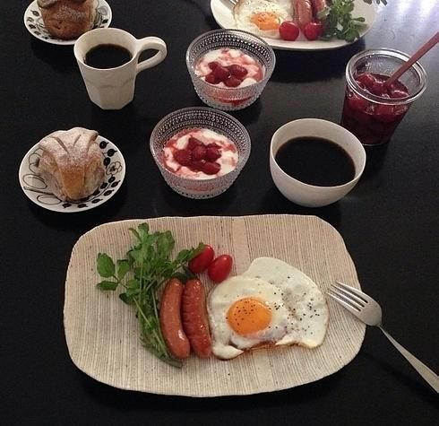 Германия. Обычный  завтрак состоит из булочки, масла, джема, ветчины, вареного яйца всмятку и кофе. Голландия. Яйца-пашот, бекон, сосиски, выпечка с шоколадной крошкой.