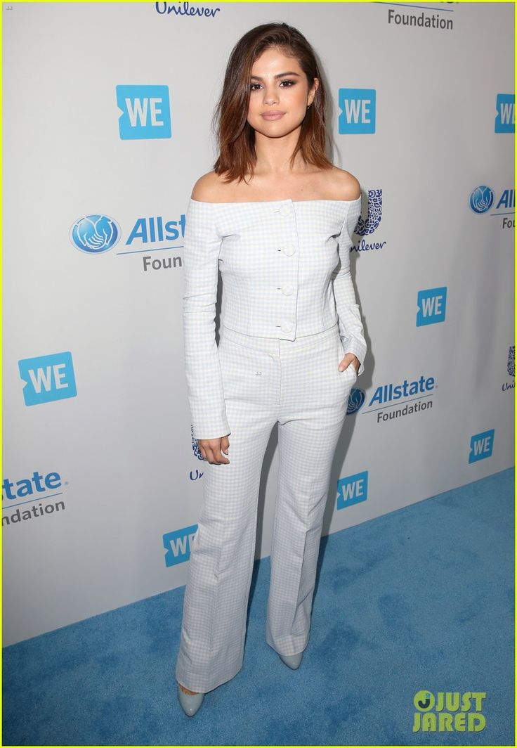 Selena Gomez Shows Off Haircut While Hosting WE Day 2017 | selena gomez we day 2017 host 03 - Photo