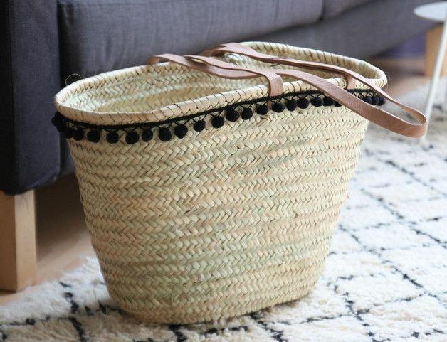 Eine wunderschöne handgfertigte Korbtasche (Strohtasche) mit schwarzer Pompomborte. Die weichen, fein geflochtenen Griffen lassen sich bequem über die Schulter streifen. Die Tasche eignet sich...