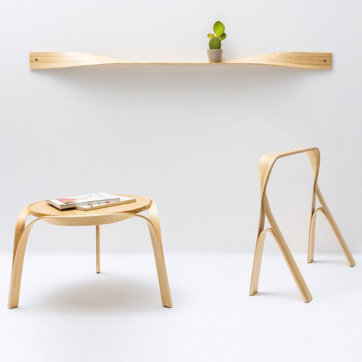 Bar Gantz, designer israélienne, a créé une magnifique collection de meubles en bois cintré. La collection comprend une table basse, un tabouret, une étagère et un miroir.  Le processus de cintrage de chaque pièce consiste à chauffer des morceaux de bois minces dans un caisson à vapeur, ce qui les rend suffisamment malléables pour être moulés en courbes. Il a fallu des mois de recherches à la designer pour trouver la bonne technique. Elle a commencé à expérimenter des façons d'intégrer…