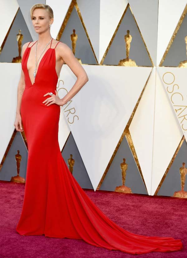 Charlize Theron no red carpet do Oscars 2016.