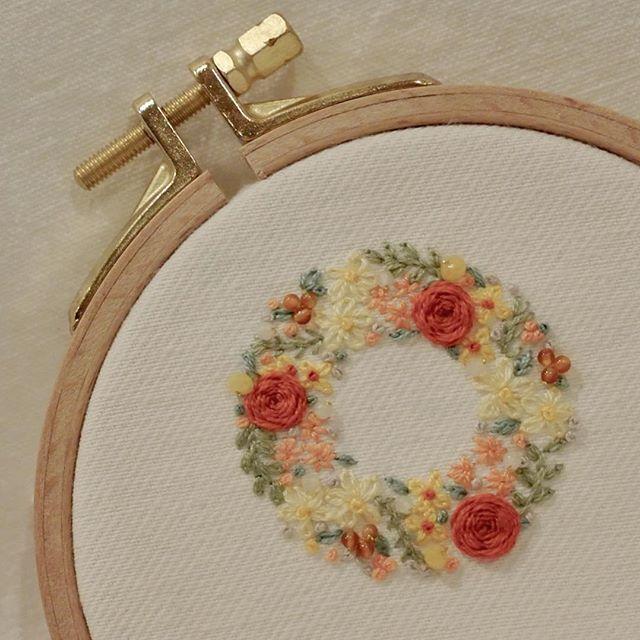 * *オレンジ色の薔薇のリースを刺繍しました。 * * 小さなカーネリアンやホワイトカルセドニー、イエロージェイドを沢山飾りました。 * * *SAJOUやCOSMO、DMCなど色々な刺繍枠を使いますが、しっかり留めることはもちろん、金具が美しい方が、使っていて気持ちが良いので好きです。 * * 新しくトルコの【 Nurge 】という刺繍枠を、 @envelope_onlineshop で購入、使ってみました。 枠は細めで美しく、金具は美しくしっかりとして、気に入りました! * * お友達がトルコに住んでいるので、見つけたらまた教えてもらおう! * * #手刺繍#花輪#crown #embroidery#刺繍#DMCembroidery #embroideryart #ハンドメイド#em_hm #needlework #flowers #インテリア#作り手#花 #花畑 #キレイ#ジュエル刺繍#atelierao #ao303 #handmade #자수 #作り手#stickerei #flowerdesign #手刺繍 #オレンジ #リース #broderie#вышивка…
