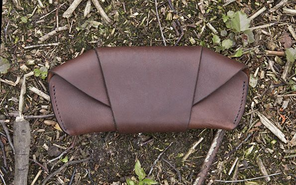 Glasses are too expensive to transport them without care. A good eyeglasses case holds also for generations of glasses and is an investment for life. An opinion shared by the creative minds of Tanner Goods and therefore they have designed their personal showpiece, that is inspired by the cases of the US Army from the '60s. The Tanner Goods Sunglass Case combines simplicity, functionality and elegancy. The 5.5oz Tooling Leather withstand the most adverse conditions.