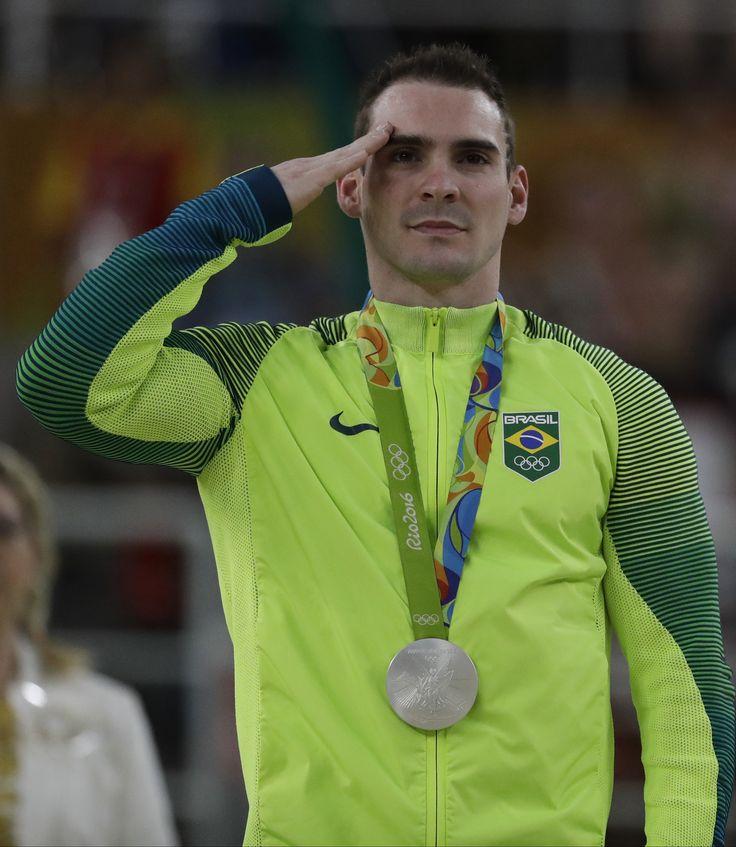 Entenda por que os atletas brasileiros prestam continência no pódio olímpico…