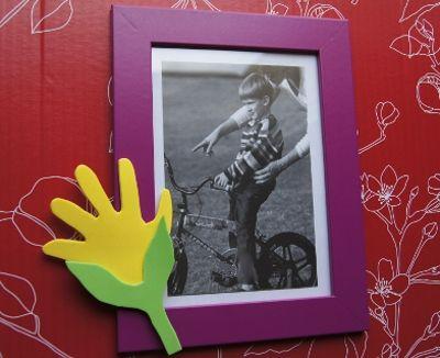 Per la festa del papà potete far realizzare ai vostri bambini una cornice portafoto fatta a mano con una decorazione in gomma crepla. Ecco un simpatico tutorial.