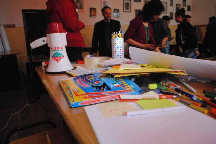 Implicarea din stradă se mută în școli  Mişcarea Uniți Salvăm a aniversat șapte luni de existență prin organizarea primelor ore de implicare civică în liceele din București. O mână de voluntari a scris un proiect pentru Școala Altfel și s-a prezentat cu el în fața profesorilor.