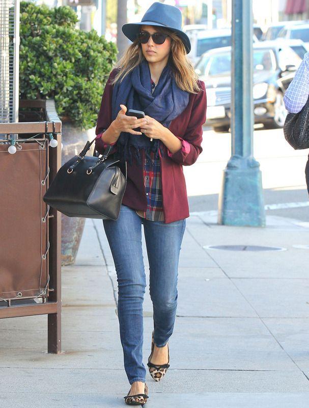 Para copiar de arriba a abajo este look de Jessica Alba con jeans pitillo, camisa de cuadros, blazer burgundy, bailarinas de animal print, bolso negro de piel más fular y sombrero, ambos en azul.