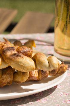 Grillspieße mit Brezelteig und Huhn: bayerischer Grillgenuss