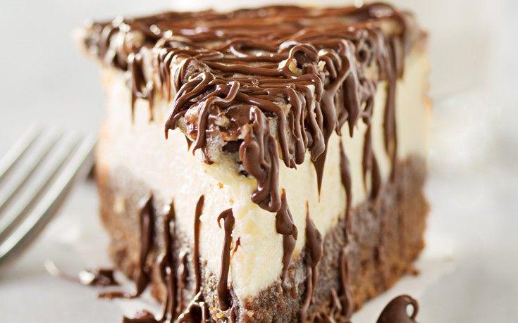 To συγκεκριμένο cheesecake μπισκότο είναι ένα από τα πιο γευστικά cheesecake που μπορείτε να φάτε! Σχετικά εύκολο στην παρασκευή του, δροσερό και ιδανικό επιδόρπιο για μετά το κυρίως γεύμα. Εκτέλεση Για τη βάση Προθερμαίνετε το φούρνο στους 180 βαθμούς και στη συνέχεια θρυμματίζετε στο μπλέντερ τα μπισκότα μέχρι να γίνουν ψιλά κομματάκια όχι όμως τελείως …