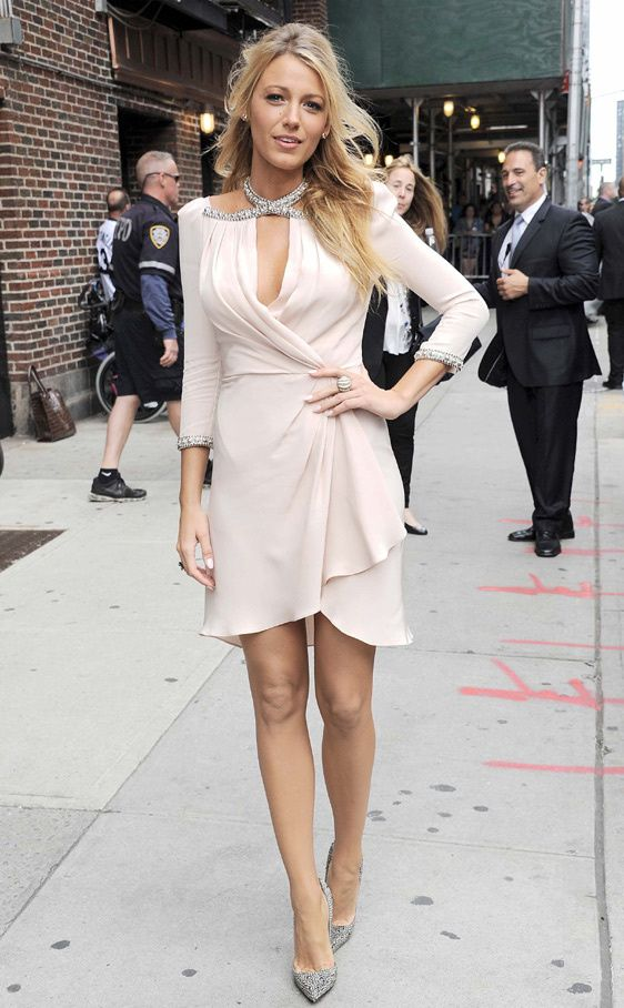 Blake Lively in this nude dress of Jenny Packham's fall collection 2012, with crystals embedded in the neck and sleeves, matching with a brilliant heels of Christian Louboutin