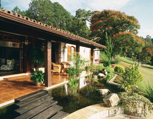 Navegue por fotos de Jardins rústicos: Vista da varanda. . Veja fotos com as melhores ideias e inspirações para criar uma casa perfeita.