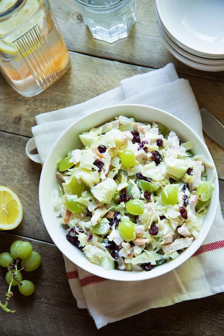 Een lekkere, frisse, zomerse, knapperige-en-toch-sappige salade met witte druiven, cranberries, witte kool, groene appel en gerookte kip, en het yoghurtsausje maakt het helemaal af.