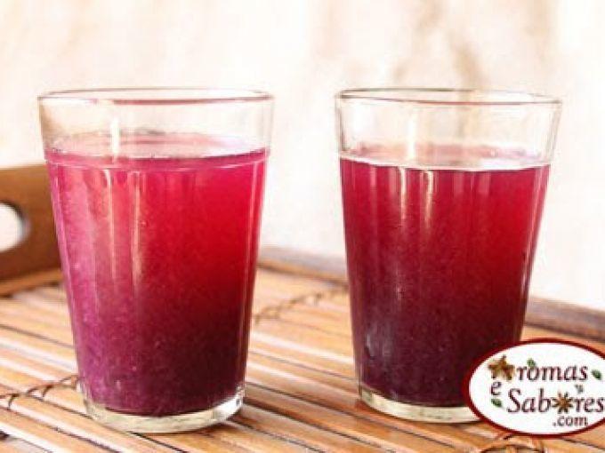 Solte as uvas uma a uma, descarte os galhos e lave-as. - Receita Bebida : Suco de uva preta feito em casa de Andreapoti
