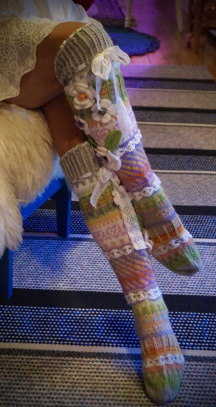 Heippa vaan ystävät!   Jälleen muutamat sukat valmiina joulupukin matkaan! :)   Rakastan tuota minun takkaani kylminä ...