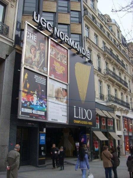 Şanzelize Parisin kuzey batısında, 8. bölgesinde bulunmaktadır... Daha fazla bilgi ve fotoğraf için; http://www.geziyorum.net/champ-elysees-paris/