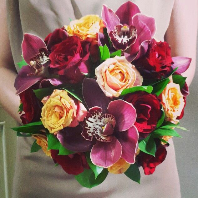 Handbouquet red cymbidiums yellow roses