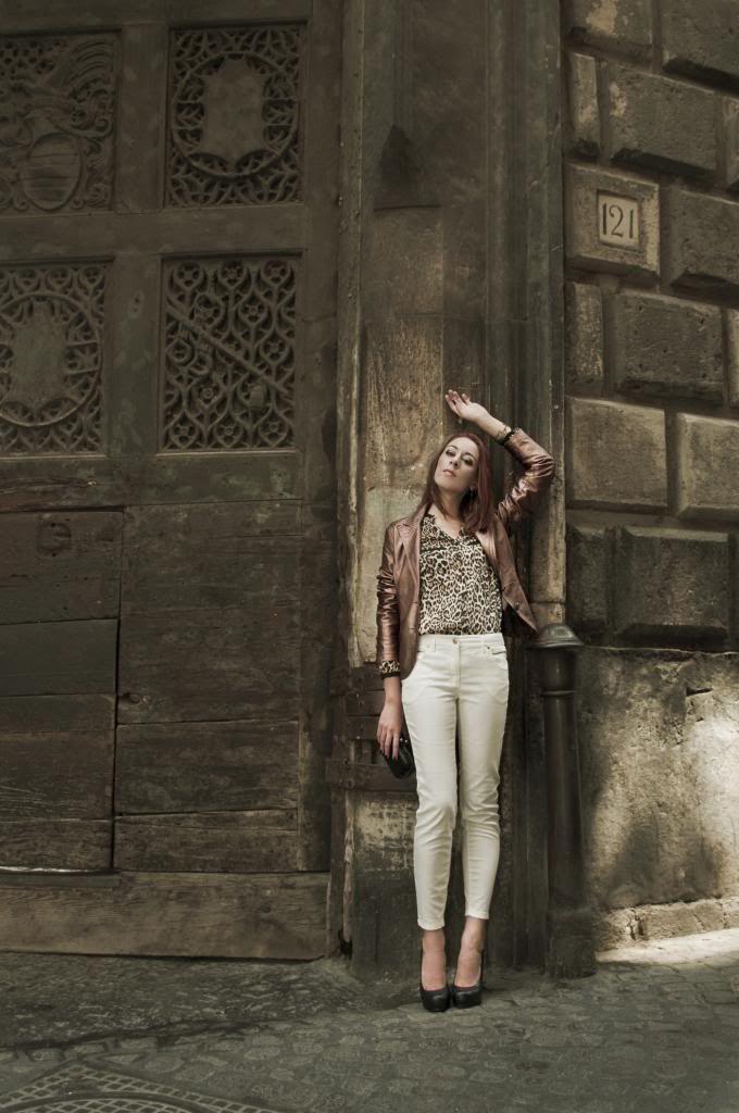 modemoiselle, fashion blogger, outfit, camicia leopardata, pumps nere, clutch, pantaloni bianchi, giacca bronzo, giungla urbana, editorial