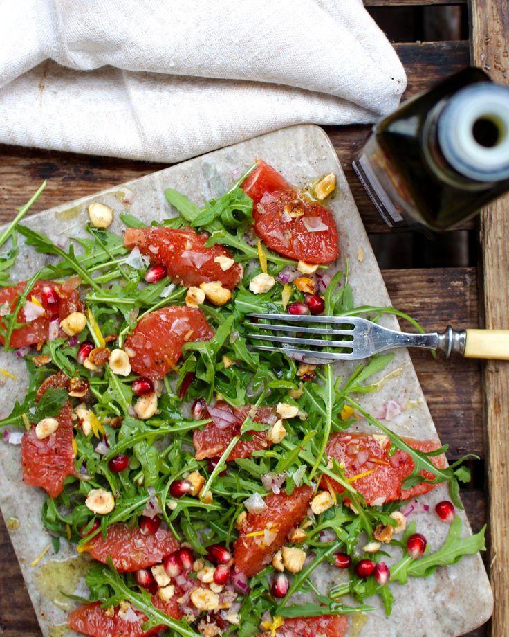 Ett bra sätt att få in mer grönsaker i vardagskosten är att äta sallad till förrätt. Den här kombinationen av grapefrukt, ruccola och hasselnötter är smakrik, enkel att göra men ser festlig ut. Sal…