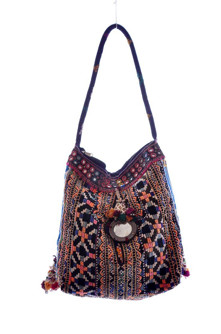 Gipsy bag bewerkt met spiegeltjes, kraaltjes en tassels.