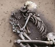 Le lingue indoeuropee di gran parte dell'Europa non hanno un'unica origine, ma derivano da due distinte ondate migratorie di popolazioni che si sovrapposero ai gruppi di cacciatori-raccoglitori già insediati nel continente. La prima migrazione, fra 8000 e 7000 anni fa, proveniva dall'Anatolia, la seconda, circa 4500 anni fa, dalle steppe a nord del Mar Caspio