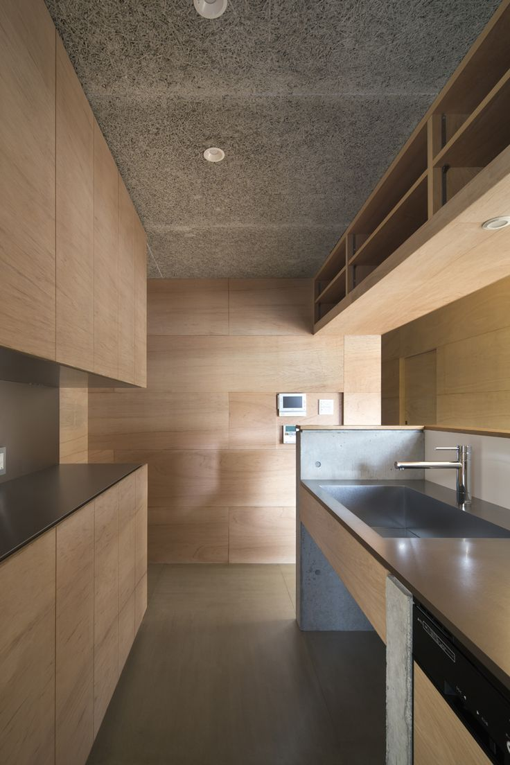 上大野の家のキッチン・・・ ラワンの箱の内側の空間で、その外の空間(リビング)と仕上げを変えています。床はセメント板、天井は木毛板で、元々は仕上げの下地に使われるものです。 キッチンは建物に合わせてデザインし、製作頂いた物です。天板はステンレス、袖壁はコンクリート打ち放し、面材はラワン合板の構成としています。 #シンプル#キッチン#台所#オーダーキッチン#ラワン#建築家#設計事務所#住宅#注文住宅#デザイン#ミニマル#家#residence#simple#minimal#japanese#architect#design#gable