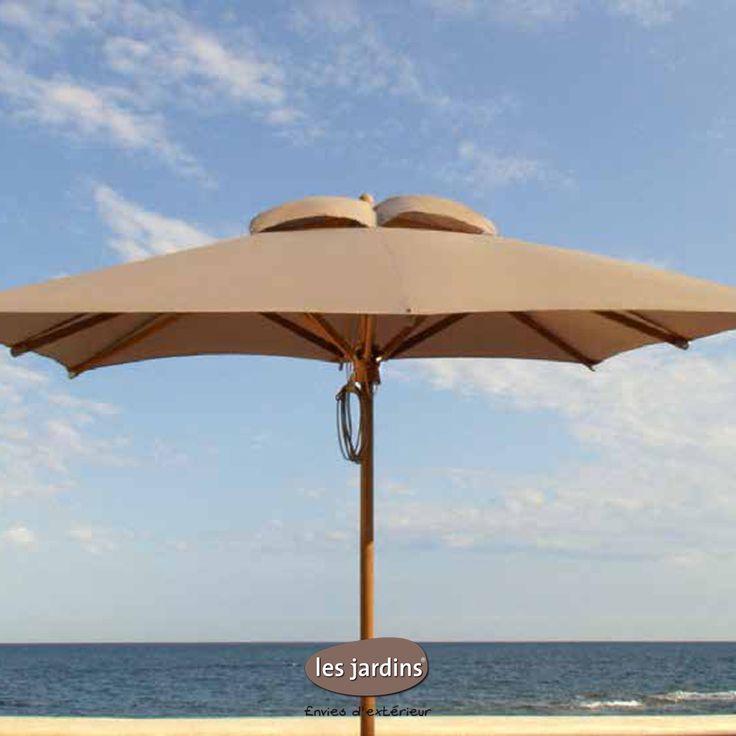 Le parasol teck possède des lignes sobres et épurées. La toile est disponible est 4 colories: gris, écru, anthracite et taupe.