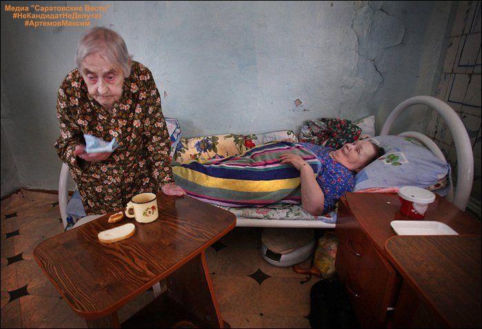 В Госдуме предложили лицензировать дома престарелых.  В Красноярске специальная комиссия разбирается в причинах пожара в частном доме престарелых, который унес жизни трех человек. Огонь вспыхнул утром, и, скорее всего, перекинулся с соседнего участка. Еще до приезда спасателей, на помощь бросились очевидцы. Стариков, которые сами не могут передвигаться, выносили на руках. Всего были эвакуированы более 30 человек. О том, что там располагался пансионат, не знали не только социальные службы, но…