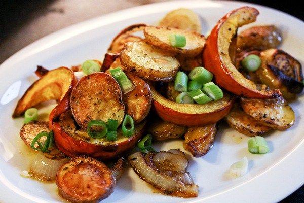 Veganer, scharfer Thai-Salat mit gebratenen Auberginen und einer Vinaigrette aus Knoblauch, Koriander, Chili und Limettensaft.