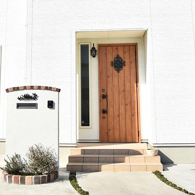 玄関 入り口 外観 表札 玄関ドア 昼間の写真 などのインテリア実例