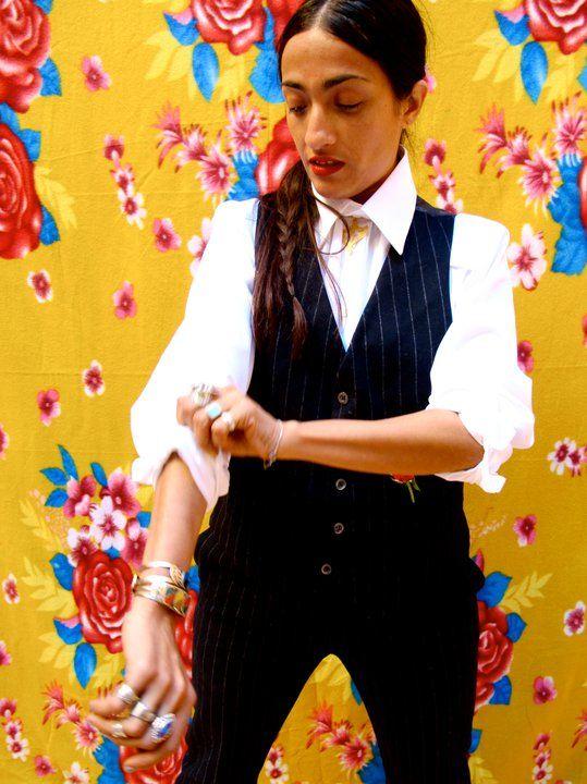 """https://www.youtube.com/watch?v=DoAelicv5Ek Oggi vi facciamo ascoltare la voce della cantante, cantautrice ed attrice marocchina naturalizzata francese Hindi Zahra. Polistrumentista autodidatta, all'età di 18 anni inizia a lavorare al Musée du Louvre a Parigi e contemporaneamente inizia a scrivere le melodie ed i testi delle sue canzoni, fino a che nel 2009 l'etichetta di musica jazz Blue Note Records pubblica il suo primo album, """"Handmade"""". Ascoltiamo un brano estratto proprio da questo…"""