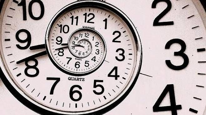 Čas neexistuje. Všechno probíhá najednou, tvrdí respektovaný fyzik