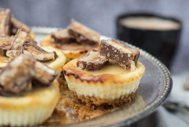 Speciale gelegenheid of niet, koffie kun je natuurlijk niet serveren zonder iets lekkers. Deze mini Snickers cheesecakejes zijn perfect. Helemaal niet moeilijk om te maken en zo ontzettend de moeite waard. En als je deze mini cheesecakejes nóg lekkerder wilt maken, serveer ze dan met een heerlijke, zelfgemaakte gezouten karamelsaus. Yum!!