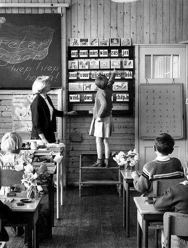 Zo stond ik zelf ook bij het grote leren-lezen bord met Aap, Noot, Mies
