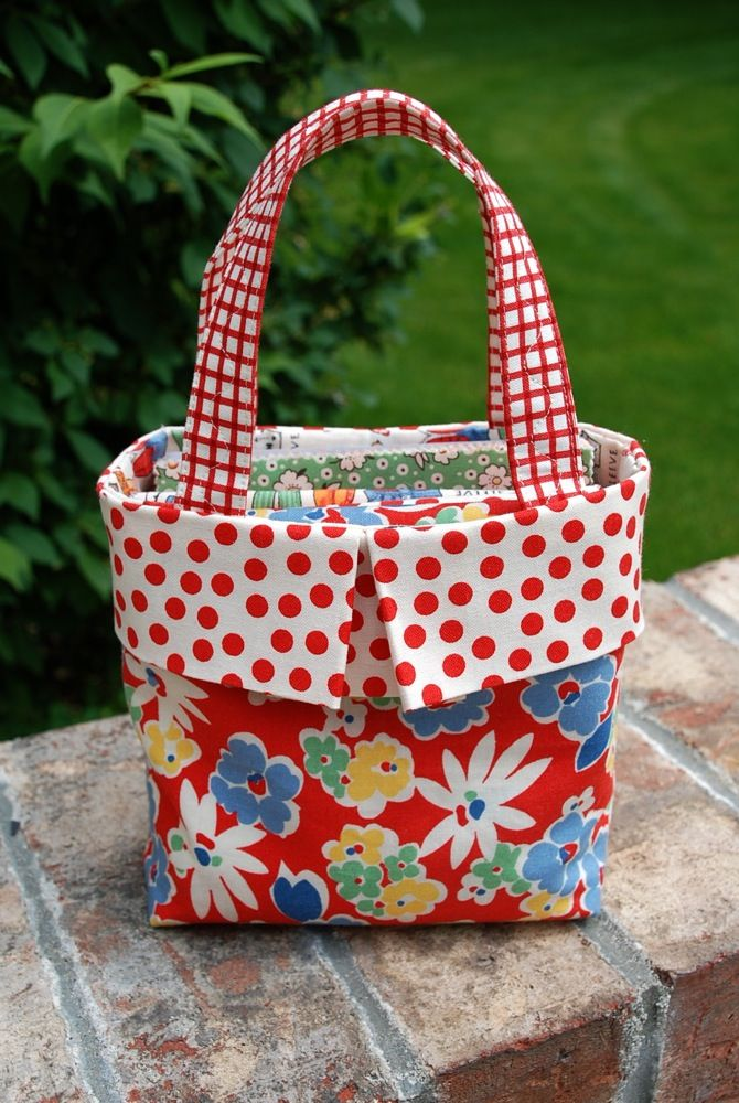 A Free, Quick and Easy Gift Bag Sewing Tutorial. Love the mix of patterns and colors!