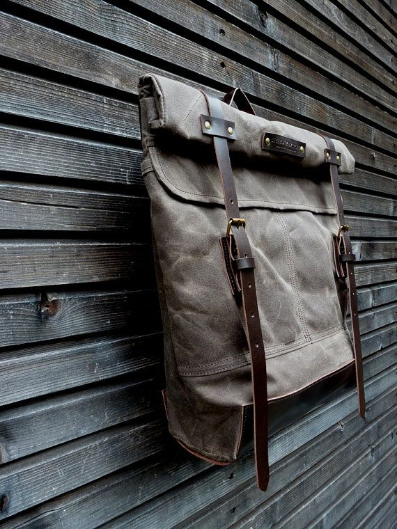 The material I used to make this bag is an Australian waxed canvas, the most beautiful waxed canvas you can imagine. The color is brown dark oak. I