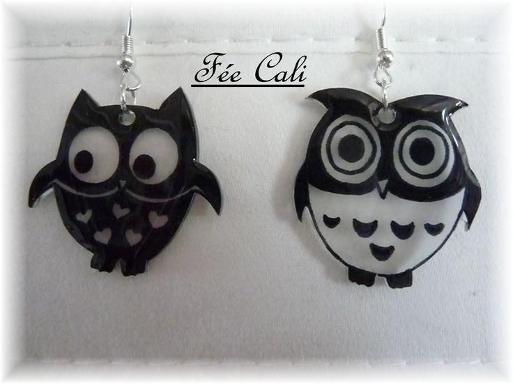 Boucles d'oreilles pendantes,en forme de chouettes , noires et blanches.