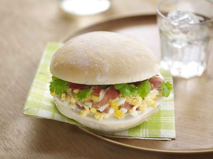 Broodje met eiersla en gedroogde hamsnippers